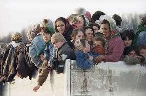 1993 Περισσότεροι από 2.500 Μουσουλμάνοι απομακρύνονται από τον θύλακα της Σρεμπρένιτσα που βρίσκεται υπό πολιορκία από τις Σερβικές δυνάμεις, κατά τη διάρκεια του εμφυλίου πολέμου της Γιουγκοσλαβίας.