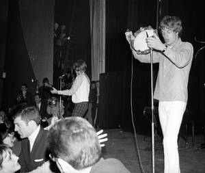 1966 Ο Μικ Τζάγκερ και οι Rolling Stones, στο θέατρο L'Olympia, στο Παρίσι, παίζουν για ένα ενθουσιώδες κοινό.