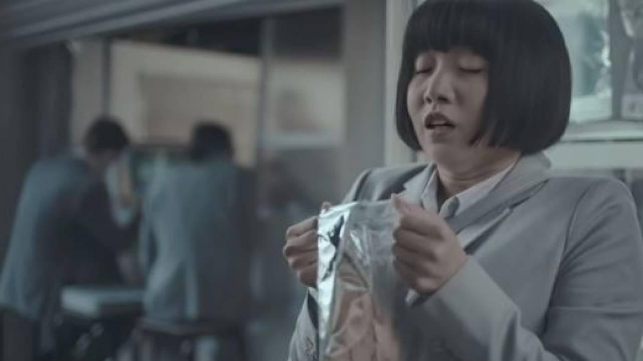 Σάλος με διαφήμιση που δείχνει Ασιάτισσα να χαίρεται μυρίζοντας βρόμικα ανδρικά εσώρουχα