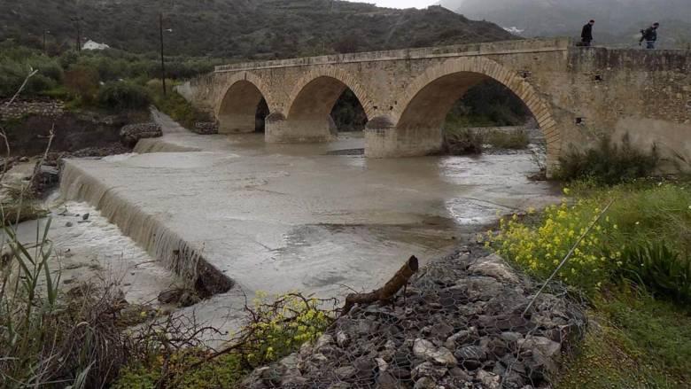 Κακοκαιρία: Κινδυνεύει η αιωνόβια γέφυρα του Μύρτου στην Κρήτη