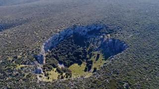 Μυστηριώδης κρατήρας στη Βοιωτία διχάζει τους επιστήμονες: Μετεωρίτης ή δολίνη;