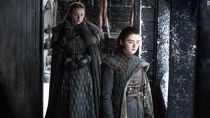 Θα αποδεχτούν την Daenerys οι Sansa και Arya; Οι αδελφές Stark δεν είναι γνωστές για την καλοσύνη τους ούτε έχουν ιδιαίτερη αγάπη για τους Targaryen, που σκότωσαν τον παππού τους, τον θείο τους και, σύμφωνα με όσα γνωρίζουν αυτές, απήγαγαν τη θεία τους Ly