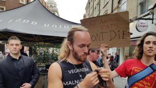 Οργή με anti-vegan που έφαγε δημοσίως… σκίουρο
