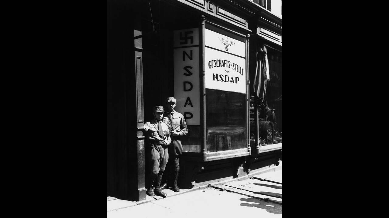 1932 Μέλη του Ναζιστικού κόμματος των ΗΠΑ στέκονται στην πόρτα των γραφείων του κόμματος στη Νέα Υόρκη. Τα γραφεία άνοιξαν την προηγούμενη μέρα και άρχισαν ήδη να στρατολογούν νέα μέλη.
