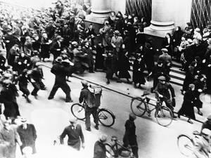 1938 Στη Βαρσοβία, η αστυνομία πρσπαθεί να προστατεύσει Εβραίους από το πλήθος που τους επιτίθεται. Στην Πολωνία ξεσπούν όλο και περισσότερα βίαια επεισόδια εναντίον των Εβραίων, προετοιμάζοντας το έδαφος για όσα θα επακολουθήσουν.