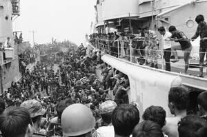 1975 Άντρες του στρατού του Νότιου Βιετνάμ προσπαθούν να εξασφαλίσουν μια θέση στα ελικόπτερα που φεύγουν από το λιμάνι του Ντανάνγκ. Οι Βιετκόνγκ επεαύνουν και η πτώση της πόλης είναι θέμα ωρών.