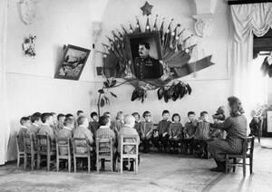 1948 Μαθητές του νηπιαγωγείου στη Σοβιετική Ένωση, παρακολουθούν το μάθημα υπό το άγρυπνο βλέμμα του Στάλιν.