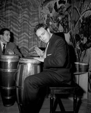 1955 Ο ηθοποιός Μάρλον Μπράντο παίζει μπόνγκο, με το μουσικό Τζακ Κοστάντζο, στο σπίτι του στο Χόλιγουντ.
