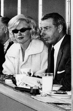 1961 Η ηθοποιός Μέρλιν Μονρόε και ο πρώην σύζυγός της Τζο Ντι Μάτζιο στην πρεμιέρα της σεζόν του Πρωταθλήματος μπέισμπολ, στο γήπεδο των Yankees στη Νέα Υόρκη.