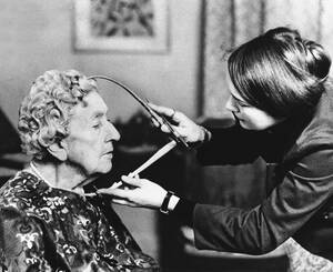 1972 Η Αγκάθα Κρίστι πρόκειται να αποκτήσει το δικό της κέρινο ομοίωμα στο Μουσείο της Μαντάμ Τισό και η καλλιτέχνης που θα το φοιλοτεχνήσει, κάνει τις απαραίτητες μετρήσεις.