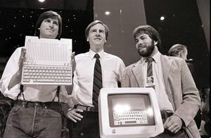 1984 Ο Στιβ Τζομπς, αριστερά, Πρόεδρος της Apple Computers, ο τζον Σκάλι στο κέντρο και ο Στιβ Βόσνιακ, συνιδρυτές της εταιρείας, αποκαλύπτουν το νέο υπολογιστή Apple IIc, στο Σαν Φρανσίσκο.