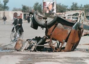 1997 Στη Βλόρα, της Νότιας Αλβανίας, οι δρόμοι είναι σπαρμένοι με συντρίμια, μετά τις βίαιες ταραχές που ξέσπασαν ανάμεσα σε διαδηλωτές και την Αστυνομία.