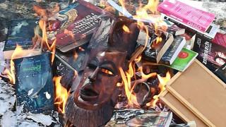 Πολωνία: Έκαψαν βιβλία του «Χάρι Πότερ» και του «Λυκόφωτος» γιατί είναι... «ιερόσυλα»