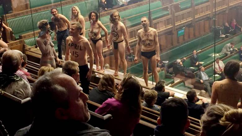 Brexit: Γυμνοί διαδηλωτές εισέβαλλαν στη βρετανική βουλή (vid)