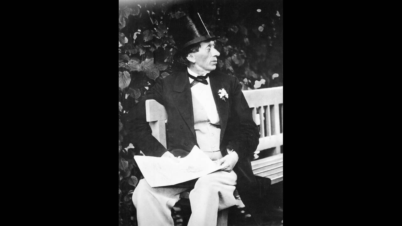 1869 Ο συγγραφέας παραμυθιών Χανς Κρίστιαν Άντερσεν, κάθεται σε ένα παγκάκι στους κήπους του Religheden, κοντά στην Κοπενχάγη της Δανίας.