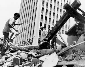 1973 Εργάτες στα ερείπια στο κέντρο της Μανάγκουα, στη Νικαράγουα, εργάζονται για την αποκατάσταση της πόλης, τρεις μήνες μετά τον καταστροφικό σεισμό που χτύπησε την πόλη και στον οποίο περισσότεροι από 1.000 άνθρωποι έχασαν τη ζωή τους.