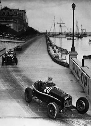 1934 Ο Γάλλος οδηγός Γκι Μολ, προηγείται στους τελευταίους γύρους του Γκραν Πρι, στο Μόντε Κάρλο. Επί 98 γύρουςμ μπροστά ήταν ο Λουί Σιρόν, ο οποίος όμως βγήκε με το αυτοκίνητό του εκτός του σιρκουί. Ο Μολ κέρδισε τον αγώνα.