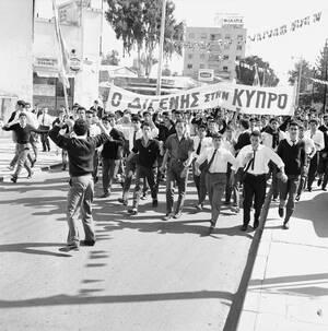 """1964 Εκατοντάδες Ελληνοκύπριοι μαθητές διαδηλώνουν στη Λευκωσία, φωνάζοντας """"Ένωση"""", για την ένωση της Κύπρου με την Ελλάδα και την επιστροφή του Στρατηγού Γεώργιου Γρίβα, ιδρυτή και ηγέτη της ΕΟΚΑ, ο οποίος ζει εξόριστος στην Αθήνα. Οι μαθητές πέρασαν μ"""
