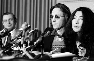 1973 Ο πρώην Beatle, Τζον Λένον και η σύζυγός του, Γιόκο Όνο μιλάνε σε συνέντευξη Τύπου στη Νέα Υόρκη. Ο Λένον είπε ότι άσκησε έφεση στη διαταγή απέλασής του που εξέδωσε το Ομοσπονδιακό δικαστήριο και με την οποία τον διέταξε να φύγει από τη χώρα εντός δ