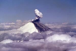 1980 Καπνός και στάχτη βγαίνουν από το όρος της Αγίας Ελένης, στην πολιτεία της Ουάσινγκτον. Το ηφαίστειο έχει ενεργοποιηθεί από τις 27 Μαρτίου.