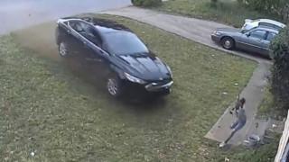 Βίντεο - σοκ από τις ΗΠΑ: Οδηγός χτυπάει με το αυτοκίνητό του 9χρονη και εξαφανίζεται