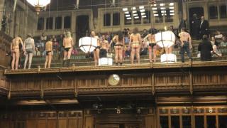 Viral η απίστευτη αντίδραση του Εντ Μίλιμπαντ στην «γυμνή εισβολή» στο κοινοβούλιο