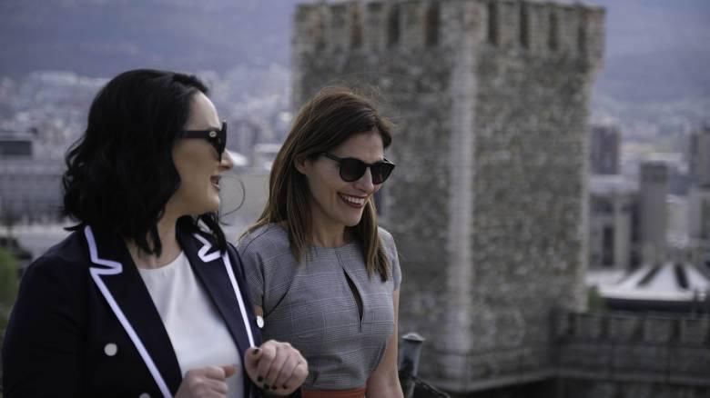 Η βόλτα της Μπέττυς Μπαζιάνα με τη Ζορίτσα Ζάεβα στα Σκόπια - Τα δώρα που αντάλλαξαν