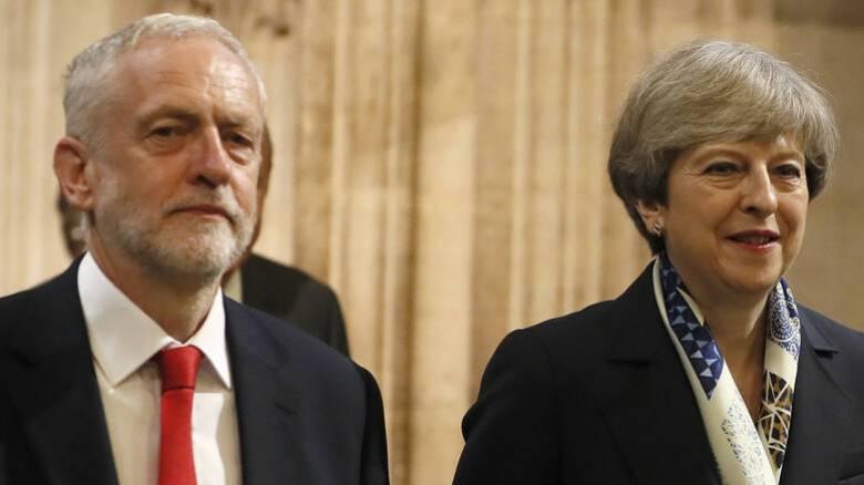 Brexit: Η Μέι έπεσε στην ανάγκη του Κόρμπιν και «χαλαρώνει»; - Παραιτήσεις και τελεσίγραφο Γιούνκερ
