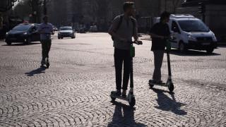 «Μπελάς» τα ηλεκτρικά πατίνια για τη Γαλλία - Χαιρετίζει τη χρήση τους το Βερολίνο