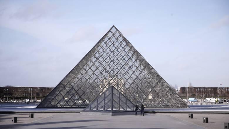Γάλλος καλλιτέχνης «εξαφάνισε» την Πυραμίδα του Λούβρου