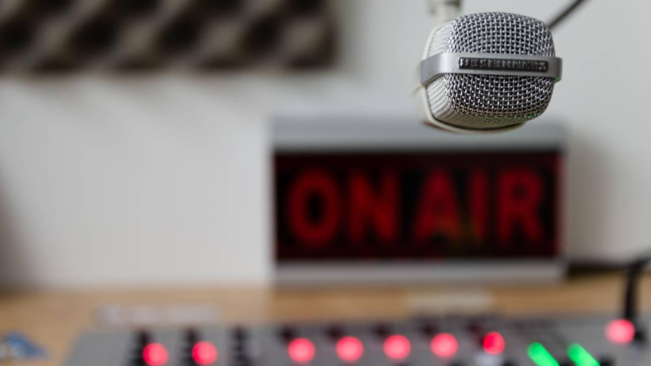 Πανικός σε ραδιοφωνική εκπομπή: Ένοπλοι λήστεψαν on air παρουσιαστές και καλεσμένους