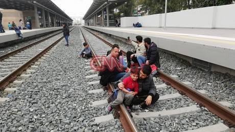 Εικόνες από την κατάληψη στο Σταθμό Λαρίσης: Οι μετανάστες θέλουν να φύγουν από την Ελλάδα