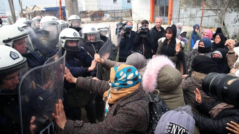 Νέος γύρος έντασης στα Διαβατά: Σοβαρά επεισόδια και χημικά μεταξύ προσφύγων και αστυνομικών
