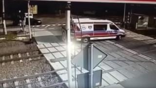 Σοκαριστικό βίντεο: Τρένο παρέσυρε ασθενοφόρο - Δύο νεκροί