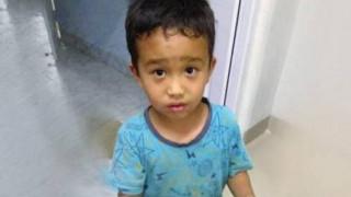 Συγκινεί η πράξη ενός μικρού αγοριού - Η φωτογραφία που «λύγισε» τον πλανήτη