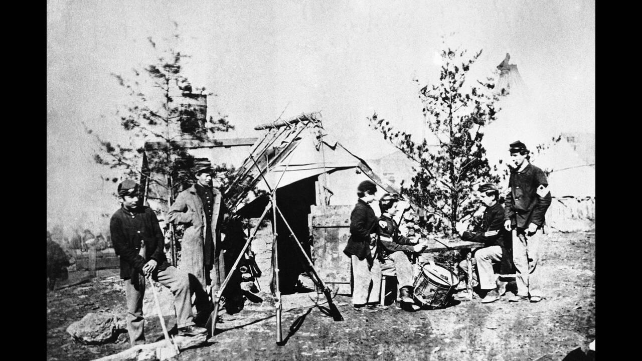 1862 Νεαροί τυμπανιστές ξεκουράζονται στο στρατόπεδο των Βορείων, μετά τη μάχη του Πίτσμουργκ Λάντινγκ, στον ποταμό Τενεσί, κατά τη διάρκεια του αμερικανικού εμφυλίου πολέμου.