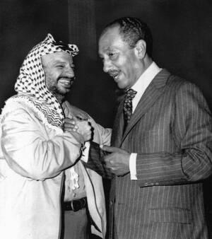 1975 Ο Πρόεδρος της Αιγύπτου Ανουάρ Σαντάτ στα δεξιά και ο ηγέτης της Οργάνωσης για την Απελευθέρωση της Παλαιστίνης Γιασέρ Αραφάτ, συναντώνται για πρώτη φορά μετά τη διαφωνία τους, τον περασμένο Φεβρουάριο, στο Κάιρο της Αιγύπτου.