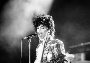 1985 Ο τραγουδιστής Πρινς στη σκηνή του Orange Bowl, στο Μαϊάμι της Φλόριντα, κατά τη διάρκεια της περιοδείας του για το άλμπουμ Purple Rain.