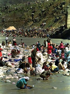 1991 Κούρδοι πρόσφυγες περνούν τη μοναδική πεζογέφυρα προς το Cukurca της Τουρκίας και πλένουν τους εαυτούς τους και τα υπάρχοντά τους. Δεκάδες χιλιάδες άλλοι πρόσφυγες περιμένουν στην ιρακινή πλευρά να τους δοθεί άδεια για να περάσουν τα σύνορα.