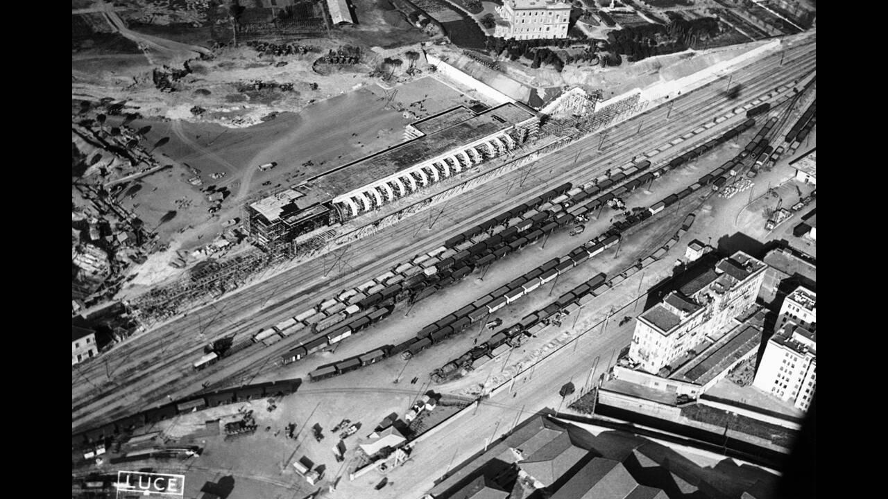 1938 Η Ρώμη προετοιμάζεται για την επίσκεψη του Γερμανού Καγκελάριου Αδόλφου Χίτλερ. Ο νέος σιδηροδρομικός σταθμός της πόλης είναι σχεδόν έτοιμος.