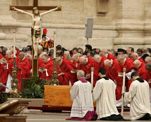 2005 Καρδινάλιοι μπροστά στη σορό του Πάπα Ιωάννη Παύλου του Β', στην πλατεία του Βατικανού, Η κηδεία του Ιωάννη Πάυλου συγκέντρωσε ένα από τα μεγαλύτερα πλήθη στη σύγχρονη ιστορία.