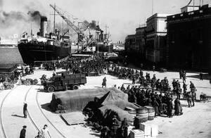 1939 Οι πρώτες δυνάμεις του ιταλικού στρατού αποβιβάζονται στο Δυρράχιο, στην Αλβανία.