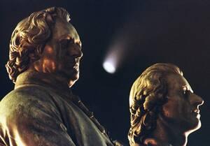 1997 Ο κομήτης Χέιλ Μποπ περνάει ανάμεσα στα κεφάλια δύο σπουδαίων Γερμανών ποιητών, του Γκέτε αριστερά και του Σίλερ δεξιά, στο μνημείο τους στη Βαϊμάρη.