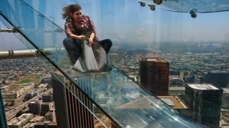 Μία γυάλινη, διάφανη τσουλήθρα στον 70ο όροφο ουρανοξύστη μόνο για τολμηρούς