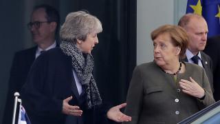 Brexit: Συνεχίζεται το θρίλερ - Χωρίς δηλώσεις, αλλά με απρόοπτα η συνάντηση της Μέι με τη Μέρκελ