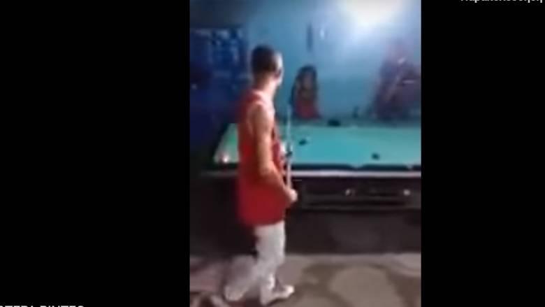 Σοκαριστικό βίντεο: Έχασε στο μπιλιάρδο και τον πυροβόλησε!