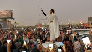 Σουδάν: Η γυναίκα «σύμβολο» των αντικυβερνητικών διαδηλώσεων που παρομοιάζεται με Μεσσία