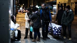 Από την Τεχεράνη στην Αθήνα: Η πρόσφυγας που μαγειρεύει για τους άστεγους