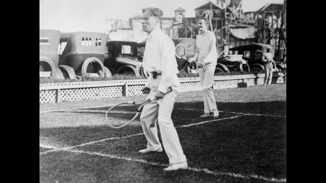 1923 Ο Τσάρλι Τσάπλιν και ο Κορνήλιος Βάντερμπιλντ παίζουν ένα νέο παιχνίδι που μοιάζει με το τένις, αλλά η μπάλα είναι διαφορετική, καθώς είναι από φελό και έχει φτερά.