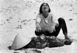 1969 Μια γυναίκα από το Νότιο Βιετνάμ θρηνεί πάνω από το πτώμα του άντρα της, ο οποίος βρέθηκε σε ένα μαζικό τάφο, μαζί με άλλους 47 ανθρώπους κοντά στο Hue.